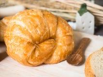 Ένα croissant στον ξύλινο δίσκο, εκλεκτική εστίαση Στοκ εικόνα με δικαίωμα ελεύθερης χρήσης