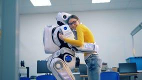 Ένα cyborg και μια νέα κυρία αγκαλιάζουν το ένα το άλλο απόθεμα βίντεο