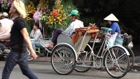 Ένα cycler περιμένει τον επιβάτη κοντά στην αγορά του Ben Thanh απόθεμα βίντεο