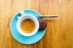 Ένα espresso εξυπηρέτησε σε ένα τυρκουάζ φλυτζάνι Στοκ Φωτογραφία