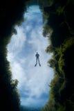Ένα freediver στο χάσμα, λίμνες Piccaninnie Στοκ Εικόνες