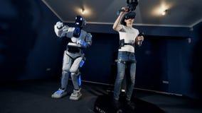 Ένα gamer γυρίζει και κινεί τα χέρια παίζοντας, κλείνει επάνω απόθεμα βίντεο