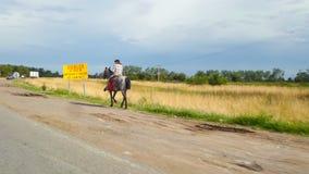 Ένα gaucho πέρα από το άλογό του στοκ εικόνες