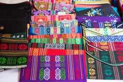 Ένα Giang, Βιετνάμ - 29 Νοεμβρίου 2014: Προϊόντα ενδυμάτων για την πώληση σε ένα Cham Champa, κατάστημα Campa στο χωριό Cham, το  Στοκ εικόνα με δικαίωμα ελεύθερης χρήσης