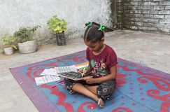 Ένα girll που μελετά τη στοιχειώδη εκπαίδευση στο ανοικτό σχολείο Στοκ Φωτογραφίες