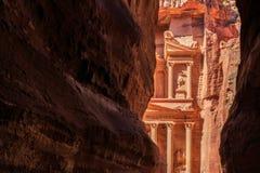 Ένα glimp το Υπουργείο Οικονομικών που βλέπει από το siq στη Petra το αρχαίο Γ Στοκ Φωτογραφία
