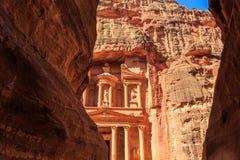 Ένα glimp το Υπουργείο Οικονομικών που βλέπει από το siq στη Petra το αρχαίο Γ Στοκ Φωτογραφίες