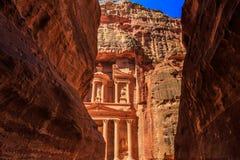 Ένα glimp το Υπουργείο Οικονομικών που βλέπει από το siq στη Petra το αρχαίο Γ Στοκ Εικόνες