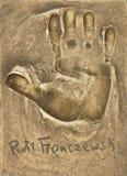 Ένα handprint και ένα αυτόγραφο του μεγάλου πολωνικού δράστη Piotr Fronczewski έκαναν σε ένα πιάτο ορείχαλκου στοκ φωτογραφίες