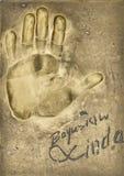 Ένα handprint του διάσημου πολωνικού δράστη Boguslaw Linda έκανε σε ένα πιάτο ορείχαλκου στοκ φωτογραφίες