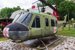 Ένα Huey uh-1F διαμορφώνει το ελικόπτερο 205 σύμφωνα με την επίδειξη έξω από το μουσείο του παλαιμάχου στο χωριό κληρονομιάς στο  στοκ εικόνα
