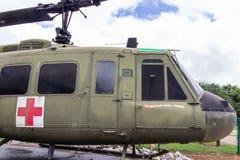 Ένα Huey uh-1F διαμορφώνει το ελικόπτερο 205 σύμφωνα με την επίδειξη έξω από το μουσείο του παλαιμάχου στο χωριό κληρονομιάς στο  στοκ φωτογραφίες με δικαίωμα ελεύθερης χρήσης