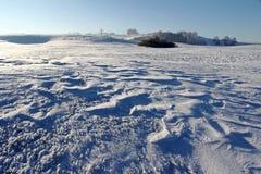 Ένα ice-cold χειμερινό τοπίο με snowdrifts σε έναν τομέα στη Βαυαρία Στοκ εικόνες με δικαίωμα ελεύθερης χρήσης