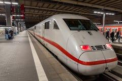 Ένα Intercity τραίνο σφαιρών ICE Deutsche Bahn περιμένει στον κύριο σιδηροδρομικό σταθμό Munchen Hauptbahnhof του Μόναχου στοκ εικόνες