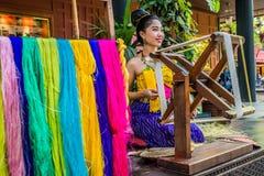 Ένα Jim Thompson House μεταξιού περιστροφής γυναικών thaila της Μπανγκόκ μουσείων Στοκ Φωτογραφίες