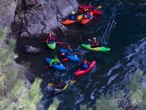 Ένα kayaker πηγαίνει κάτω σε ένα καγιάκ σε έναν ποταμό Belaya βουνών σε Adygea στο χρόνο φθινοπώρου, η τοπ άποψη Στοκ Εικόνες