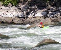 Ένα kayaker πυροβολεί τα ορμητικά σημεία ποταμού Στοκ Φωτογραφία