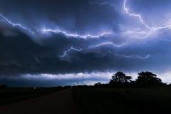 Ένα lightningbolt σέρνεται μέσω των σύννεφων πέρα από τη βορειοανατολική Νεμπράσκα στοκ εικόνα