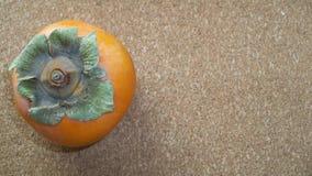 Ένα Persimmon σε ένα υπόβαθρο του Κορκ Στοκ φωτογραφίες με δικαίωμα ελεύθερης χρήσης