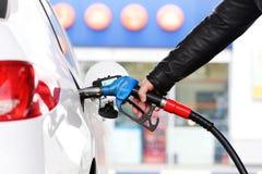 Ένα refueller που γεμίζει ένα αυτοκίνητο με τη βενζίνη στοκ φωτογραφία με δικαίωμα ελεύθερης χρήσης