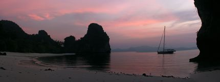 Ένα sailbot παράκτια στο ηλιοβασίλεμα στοκ φωτογραφίες