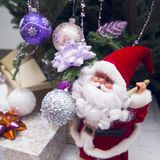 Ένα santa παιχνιδιών κάτω από το διακοσμημένο χριστουγεννιάτικο δέντρο Στοκ Εικόνες