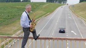 Ένα saxophonist παίζει το saxophone απόθεμα βίντεο