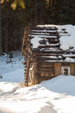 Ένα smal και oldl ξύλινο σπίτι σε ένα χιονώδες δάσος Στοκ φωτογραφία με δικαίωμα ελεύθερης χρήσης