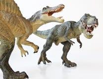 Ένα Spinosaurus αντιμετωπίζει μακριά έναν τυραννόσαυρο Rex Στοκ Εικόνες