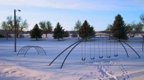 Ένα swingset χιονισμένο πέρα από την παιδική χαρά στοκ φωτογραφίες με δικαίωμα ελεύθερης χρήσης