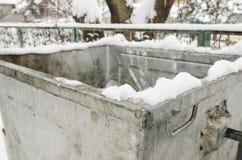 Ένα trashcan εξωτερικό που καλύπτεται με το άσπρο χιόνι στοκ εικόνα