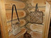Ένα tuesok-μικρό κιβώτιο σημύδα-φλοιών με το καπάκι Για την αποθήκευση των χαλαρών προϊόντων Ρωσική καλύβα, seni στοκ εικόνες