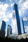 Ένα World Trade Center και τα κτήρια απεικονίζουν το μπλε ουρανό Στοκ φωτογραφία με δικαίωμα ελεύθερης χρήσης