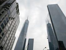 Ένα World Trade Center που απεικονίζεται στο κοντινό γυαλί-ντυμένο πολυόροφο κτίριο Στοκ Εικόνες