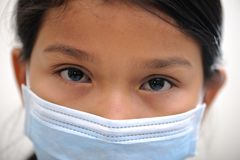 ένδυση μασκών κοριτσιών στοκ φωτογραφίες