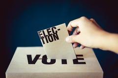 Ένθετο καρτών εκλογής στο κιβώτιο ψηφοφορίας, έννοια δημοκρατίας στοκ φωτογραφία