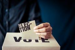 Ένθετο καρτών εκλογής στο κιβώτιο ψηφοφορίας, έννοια δημοκρατίας στοκ εικόνες