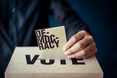 Ένθετο καφετιού εγγράφου στο κιβώτιο ψηφοφορίας, έννοια δημοκρατίας στοκ φωτογραφίες με δικαίωμα ελεύθερης χρήσης