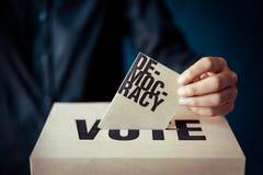 Ένθετο καφετιού εγγράφου στο κιβώτιο ψηφοφορίας, έννοια δημοκρατίας στοκ φωτογραφία με δικαίωμα ελεύθερης χρήσης