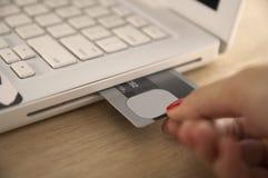 Ένθετο πιστωτικών καρτών μέσα στο lap-top στοκ φωτογραφίες