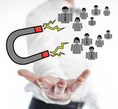Έννοιας έλξης πελατών επάνω από ένα χέρι στοκ εικόνα