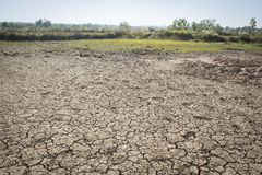 έννοιας επίγειο χώμα διάβρωσης ρωγμών ξηρό που τονίζεται Στοκ εικόνες με δικαίωμα ελεύθερης χρήσης