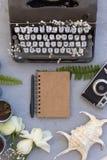 Έννοια άνοιξης ή θερινού γραψίματος Το γραφείο εργασίας με το σημειωματάριο και μουσκεύει Στοκ Φωτογραφίες