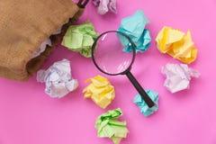 Έννοια έμπνευσης με το τσαλακωμένα έγγραφο χρώματος και το gla ενίσχυσης Στοκ Φωτογραφία