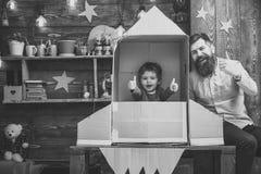Έννοια έναρξης πυραύλων Το παιδί ευτυχές κάθεται υπό εξέταση - γίνοντας πύραυλος Το παιχνίδι αγοριών με τον μπαμπά, πατέρας, εύθυ Στοκ φωτογραφία με δικαίωμα ελεύθερης χρήσης