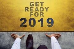 2019 έννοια έτους Τοπ άποψη του επιχειρηματία στη γραμμή έναρξης, έτοιμη στοκ εικόνα