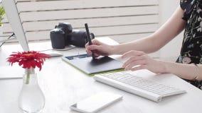 Έννοια ή της εργασίας γραφείων Νέος θηλυκός φωτογράφος, retoucher ή γραφικός σχεδιαστής με τις χρωματισμένες εργασίες τρίχας φιλμ μικρού μήκους