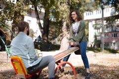 Έννοια αγάπης, σχέσης, οικογενειών και ανθρώπων - χαμογελώντας ζεύγος στο πάρκο φθινοπώρου μεταξύ των κίτρινων φύλλων που έχουν τ στοκ εικόνα