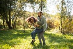 Έννοια αγάπης, σχέσης, οικογενειών και ανθρώπων - χαμογελώντας ζεύγος στο πάρκο φθινοπώρου μεταξύ των κίτρινων φύλλων που έχουν τ στοκ εικόνες με δικαίωμα ελεύθερης χρήσης