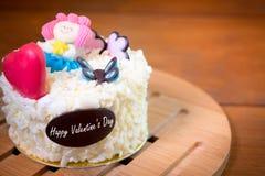 Έννοια αγάπης: Το κέικ βαλεντίνων με την καρδιά και χαριτωμένος διακοσμεί Στοκ εικόνες με δικαίωμα ελεύθερης χρήσης